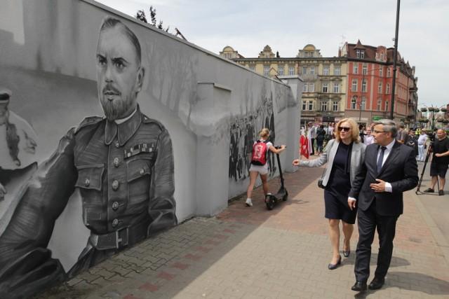 We wtorek 15 czerwca oficjalnie odsłonięto historyczny mural, upamiętniający 100-lecie powstań śląskich. Na murze uwieczniono siemianowickich bohaterów oraz sceny walk. Zobacz naszą galerię i poznaj kawałek żywej historii tego miasta.