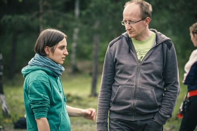 """Tomasz Jurkiewicz (z prawej) podczas prac nad filmem """"Każdy ma swoje lato"""" w podkrakowskiej Trzebini"""