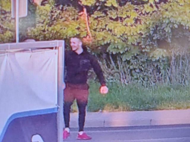 Jeśli rozpoznajesz mężczyznę na zdjęciu, skontaktuj się z policją.
