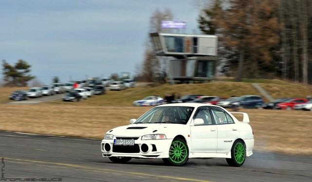 """Już po raz czwarty Auto Sport Klub w Przemyślu zorganizował  imprezę charytatywną """"Wyścig o zdrowie dla Mirka Bara"""". Impreza miała charakter zawodów w jeździe samochodem na czas po wytyczonej na płycie lotniska trasie. Wystartować  mógł każdy, bez względu na posiadany pojazd, więc na trasie zmierzyli się kierowcy zarówno sportowego Audi RS5, przygotowanych do driftu BMW  jak i poczciwego Żuka. Wszak dla wielu to nie wynik był najważniejszy, a  cel jakim było zebranie środków które pomogą w rehabilitacji założyciela i wieloletniego prezesa Auto Sport Klubu: Mirosława Bara. W sumie w zawodach wystartowało 28 kierowców. Najszybszy na trasie okazał się  Marek Strzelecki jadący Mitsubishi Lancer EVO IV. Jak co roku wsparcia w organizacji zawodów udzielił Hotel Arłamów, który udostępnił teren lotniska Krajna.  Zobacz też: Moto Orkiestra 2020 na Drift&Race Tor Przemyśl. Kierowcy wsparli WOŚP [ZDJĘCIA]"""