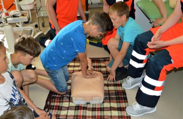 Młodzi goście PWSZ mogli spróbować swoich sił w udzielaniu pierwszej pomocy