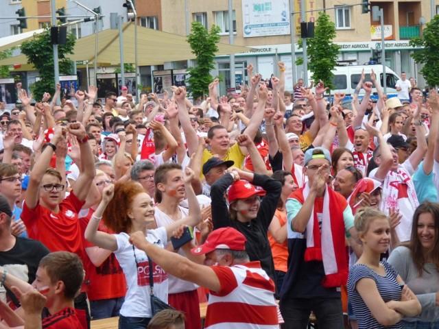 W meczu 1/8 finału Mistrzostw Europy we Francja, reprezentacja Polski po dramatycznym meczu pokonała w rzutach karnych Szwajcarię i awansowała do ćwierćfinału turnieju! Z radości oszaleli m.in. kibice zgromadzeni na Rynku Staromiejskim w Koszalinie.