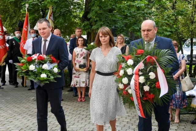 """Pamiątkowe kwiaty złożono pod tablicą upamiętniającą """"Solidarność"""", która znajduje się przy wejściu do parafii farnej"""