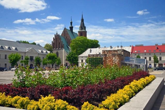 Na olkuskim rynku jest już fontanna, kwiaty i goście.
