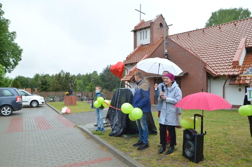 Nakrętki dla Helenki w Bielsku (gmina Koczała) w ciągu kilku minut w połowie zapełniły kosz w kształcie serca (zdjęcia+wideo)