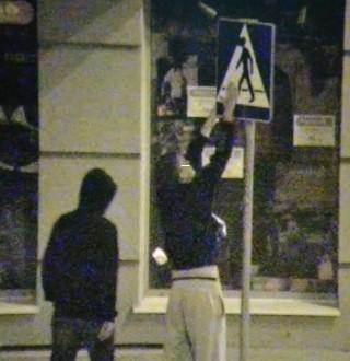 To stop-klatka z miejskiego monitoringu i zaklejanie w czwartkowy wieczór (5 września) znaku przy ul. Mickiewicza. W nocy z piątku na sobotę został wyczyszczony.