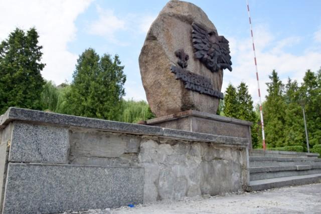 W fatalnym stanie jest pomniki Harcerzy poległych za Ojczyznę, który znajduje się na skwerze imienia  Szarych Szeregów w Kielcach.  Jest brudny i ma uszkodzone kamienne elementy.