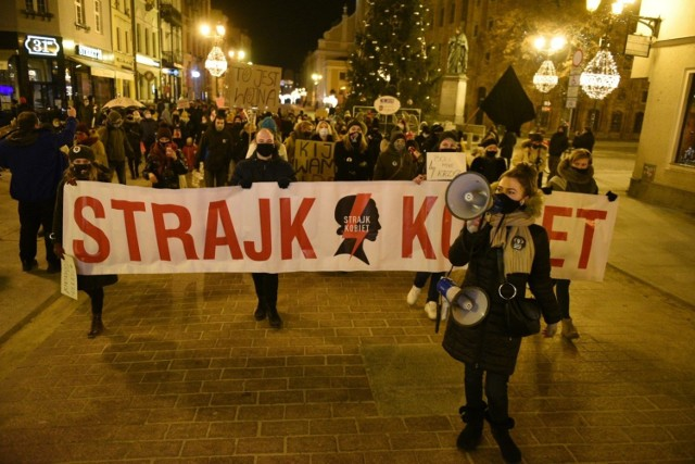 W środę (27.01) o godzinie 18.30, spod pomnika Mikołaja Kopernika w Toruniu, ruszył protest, który zorganizowano po opublikowaniu przez Trybunał Konstytucyjny uzasadnienia wyroku ws. aborcji. Zobacz, jak było!  WIĘCEJ ZDJĘĆ NA KOLEJNYCH STRONACH >>>>>