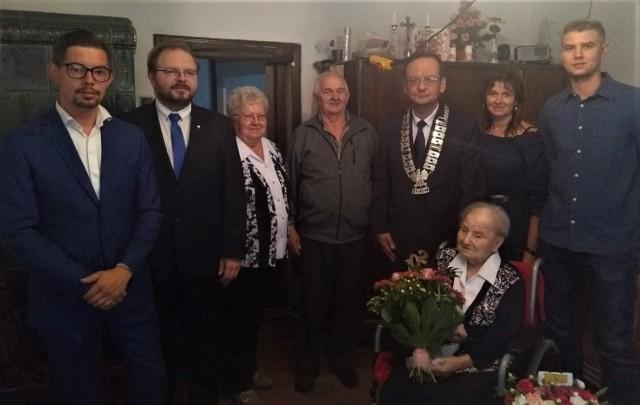 Zdjęcie wykonano z okazji 102 urodzin seniorki