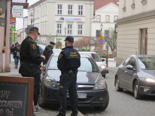 Straż Miejska w Wadowicach upomina i karze kierowców za nieprzepisowe parkowanie w centrum. Tak to wyglądało w czwartek, 22 kwietnia.