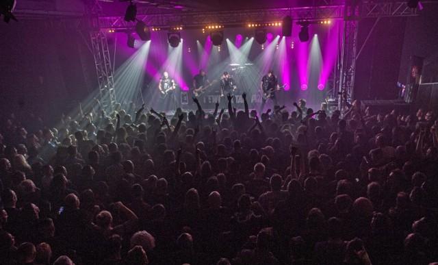 Bilety na ten koncert wyprzedały się już w połowie listopada! Nic więc dziwnego, że podczas sobotniego występu Nocnego Kochanka koszaliński klub G38 szczelnie wypełnił się fanami heavy metalu. I już od pierwszych dźwięków gitar fani bawili się świetnie! Skakali, klaskami i śpiewali wspólnie refreny. Zobacz zdjęcia z występu Nocnego Kochanka w Koszalinie.