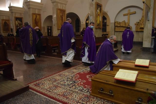 Ceremonie żałobne odbywają się w kościele Pierwszych Męczenników Polski.