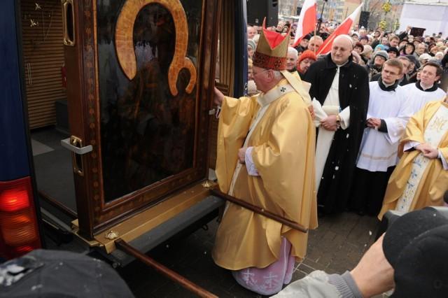Obraz powitali wszyscy trzej biskupi łódzcy. Fot. Piotr Drzewiecki