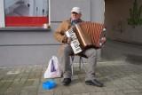 Człuchów. Muzyka jest dobra na wszystko. Rozmowa z ulicznym grajkiem.