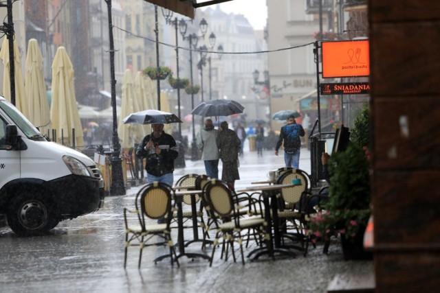 W piątek i w sobotę możemy spodziewać się przelotnych opadów zarówno w trakcie dnia, jak i w nocy. Dlatego zalecamy na weekendowe spacery wychodzić z parasolem.