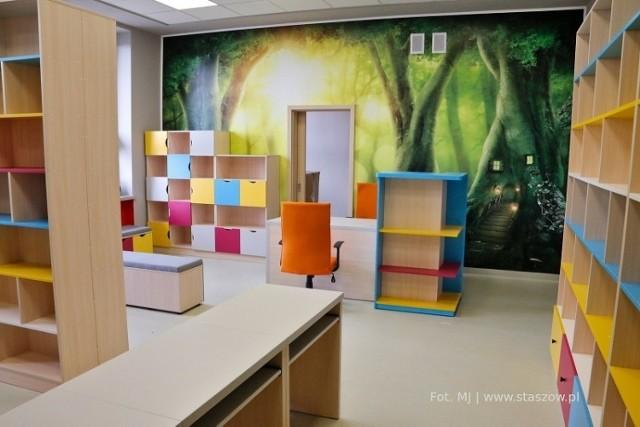 W nowej siedzibie biblioteki w Staszowie właśnie montowane są meble. Tak wygląda część dla dzieci.