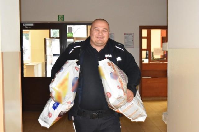 Śremscy policjanci mają dobre serca. Mundurowi zbierają karmę dla psów ze schroniska