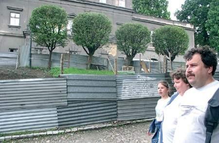 Szkoła muzyczna wygląda od ulicy Zamkowej jak rudera, ale minister obiecał, że pieniądze na remont się znajdą. A co z oszkliwym płotem? zdjęcia: Wojciech Trzcionka