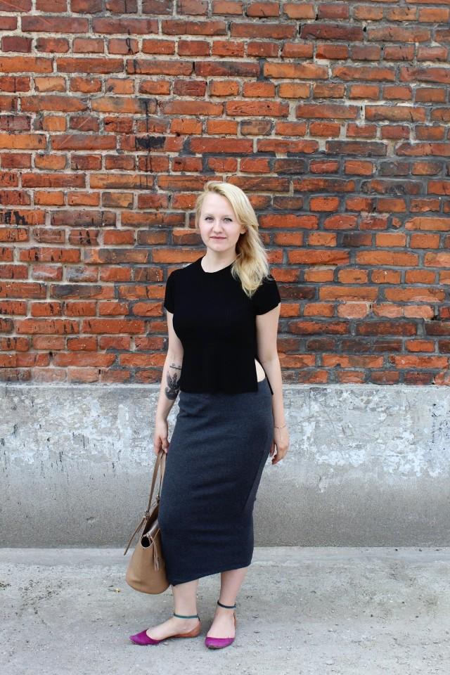 Gabriela założyła szarą, ołówkową spódnicę i czarną bluzkę. Ciemne kolory przełamała butami o intensywnej, różowej barwie
