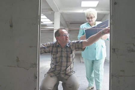 Janusz Pienias i Danuta Lech przed rozpoczęciem remontu wykonują w magazynowych halach niezbędne pomiary. Olgierd Górny