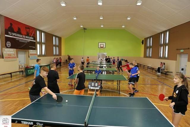 W turnieju tenisa stołowego wzięło udział 41 zawodników z gminnych szkół podstawowych i gimnazjum w Kobylinie