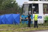 Mężczyzna wpadł pod tramwaj na ul. Toruńskiej we Wrocławiu. Nie żyje [ZDJĘCIA]