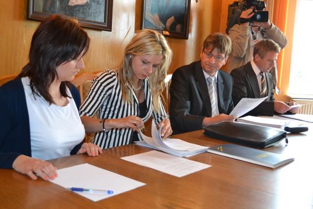 Sprawdzanie ilości list z podpisami przyniesionych do Urzędu Miasta Czersk przez Romana Stolza i Roberta Matuszewskiego
