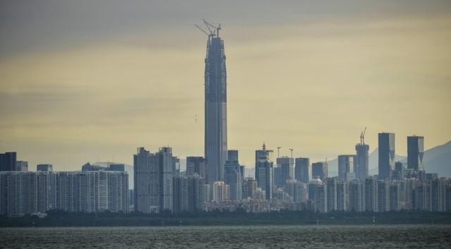 W Shenzhen, chińskim mieście w prowincji Guangdong powstaje drapacz chmur wysoki na 660 metrów. Ma być gotowy w przyszłym roku. W lutym 2015 r. dwóch rosyjskich eksploratorów miejskich, Vadim Makhorov i Witalij Raskalov, wspięli się na sam szczyt wieży i udostępnili wideo nagrane z czubka dźwigu. Zobaczcie wideo.