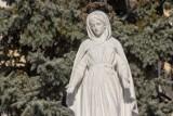 Okiem mieszkanki: Figurka Matki Boskiej zaniedbana przed Świętem Niepodległości [GALERIA ZDJĘĆ]
