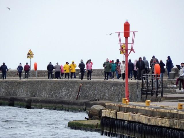 Mimo pochmurnej pogody zaludniły się trasy spacerowe. Nie wszystkie hotele mogły przyjąć gości