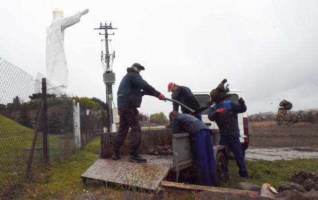 Prace porządkowe w okolicy pomnika Chrystusa Króla w Świebodzinie oraz archiwalne zdjęcia pokazujące, jak było tu jeszcze kilka miesięcy temu
