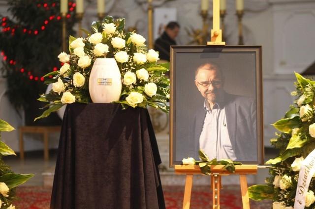 Pogrzeb Romualda Dębskiego. Wybitny ginekolog spoczął na Powązkach. Obok odbyła się manifestacja, interweniowała policja [ZDJĘCIA]