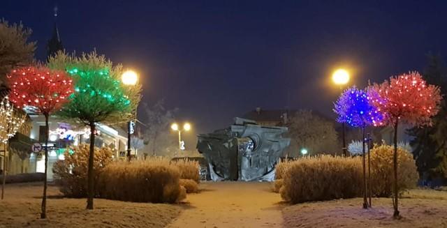 Plac Okulickiego w Bochni w bożonarodzeniowej szacie