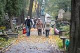 Mieszkańcy Krakowa w weekend zaczęli odwiedzanie grobów bliskich