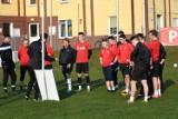 Po miesięcznej przerwie do treningów powrócili piłkarze Promienia Żary. Zagrali grę kontrolną z zespołem juniorów