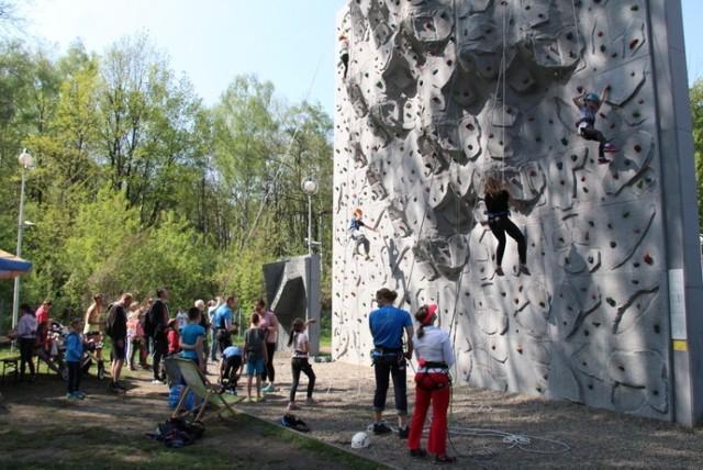 Ze ścianki wspinaczkowej w Parku Zielona można skorzystać bezpłatnie np. podczas Dębowego Maj Festiwalu Zobacz kolejne zdjęcia/plansze. Przesuwaj zdjęcia w prawo - naciśnij strzałkę lub przycisk NASTĘPNE