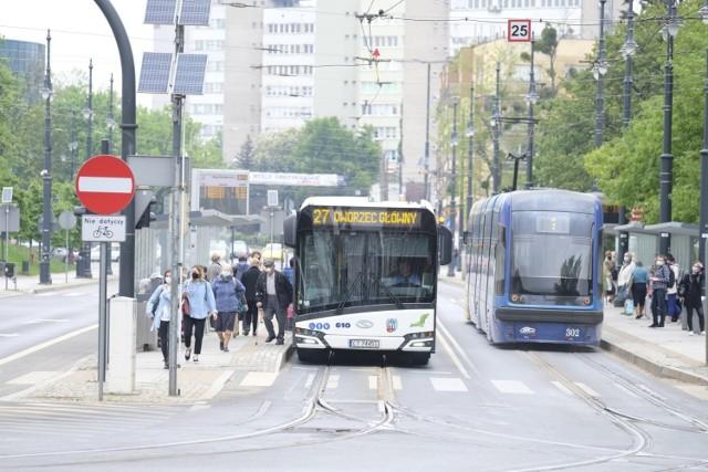 Ważą się losy trzech wielkich przetargów jakie ogłosił Miejski Zakład Komunikacji w Toruniu na zakup nowoczesnego taboru. Do 26 maja można było składać oferty na dostawę pierwszych w dziejach toruńskiej komunikacji publicznej autobusów elektrycznych wraz z infrastrukturą do ich ładowania. Dzień później został rozstrzygnięty przetarg dotyczący zakupu pięciu dużych tramwajów niskopodłogowych, natomiast w czwartek zostały otwarte oferty jakie złożyły firmy zainteresowane dostawą ośmiu nowoczesnych autobusów o napędzie spalinowym. Jakie były wyniki?    >>>>>>CZYTAJ DALEJ