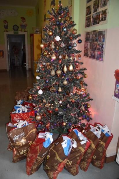 Września: Mikołaj nie zapomniał o dzieciach w szpitalu. Na oddział dostał się za pomocą strażackiej drabiny