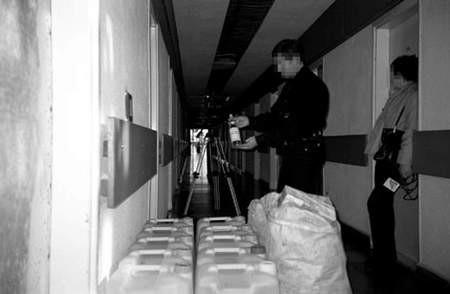 """Policjanci zarekwirowali 405 litrów alkoholu: spirytusu i wódki ,Absolwent""""."""