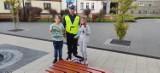 Pleszew. Aby było bezpieczniej. Policjanci rozdawali mieszkańcom odblaski