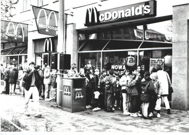 """Pierwszy McDonald's w Polsce został otwarty w 1992 roku w Warszawie. Poznań """"doczekał się"""" lokalu tej sieci dwa lata później. McDonald's w stolicy Wielkopolski był dziesiątą placówką w Polsce. Zlokalizowano go przy ul. 27 Grudnia na parterze DH Domar (naprzeciwko Okrąglaka). W tym miejscu działał do końca listopada 2017 roku. Zobacz, jak to miejsce wyglądało ponad 20 lat temu!  Przejdź dalej --->"""