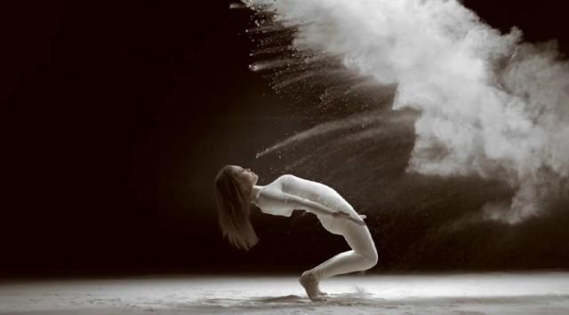 Tancerka kręci się w chmurze z proszku. Zobaczcie niesamowite wideo