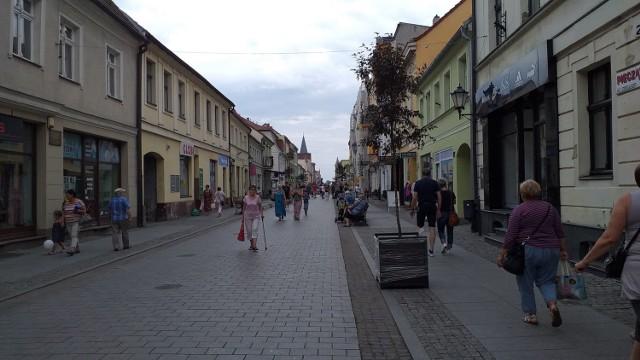 W centrum Chełmna zakwitną jabłonie. To efekt kontynuowania akcji meblowania miasta