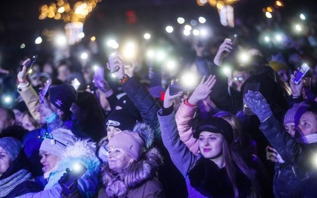 Tłum bawił się na płycie rzeszowskiego Rynku podczas imprezy sylwestrowej. Gwiazdami wieczoru byli: Mesajah, Adamo Rudnik i Lady Pank. Impreza zakończyła się spektakularnym pokazem laserów.