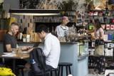 """Café STOR, czyli """"tu przychodzą hipsterzy"""". Klimatyczne wnętrze, pyszna kawa i dużo zieleni [ZDJĘCIA]"""