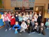 Uczniowie SSP w Słowinie obchodzili Dzień Kobiet. Chłopcy wręczyli prezenty koleżankom z klasy