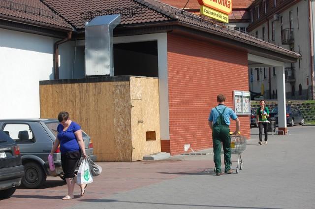 Sąsiedzi Biedronki nadal narzekają na nadmierny hałas i spaliny emitowane przez agregat