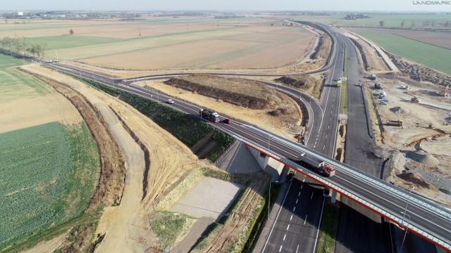 Droga ekspresowa S3, na odcinku od Legnicy do Bolkowa jest już niemal gotowa! Pojedziemy nią jeszcze jesienią tego roku. Inwestycję podzielono na dwa zadania - Od Legnicy do Jawora i od Jawora do Bolkowa. Koszt obu zadań to nieco ponad pół miliarda złotych. Zobaczcie jak ta trasa zmieniła krajobraz Dolnego Śląska!
