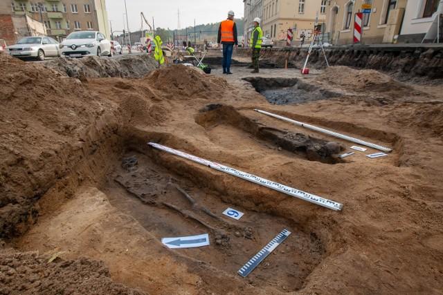 Prace przy przebudowie teatru kameralnego i ulicy Kujawskiej przyniosły wiele znalezisk archeologicznych - od epoki kamienia i kultury łużyckiej, przez średniowiecze po nowożytność. Natknięto się na średniowieczny miecz i pochówki.