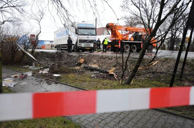 Pojazd zatrzymał się w rowie. Działania na miejscu są prowadzone. Zdjęcie ilustracyjne.